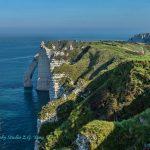 法国埃特尔塔海边的峭壁和奇峰怪石
