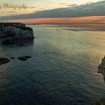 在法国埃特尔塔峭壁怪石上等待日落