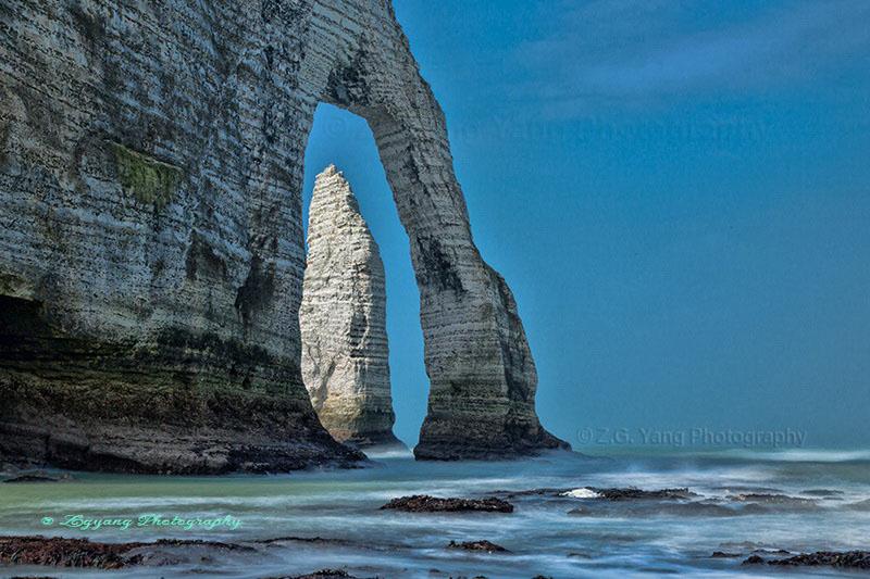 etretat-sea-waves-and-elephant-nose-cliff