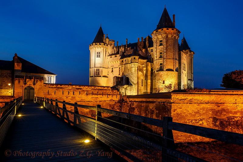 castle-saumur-entrance-by-night-france