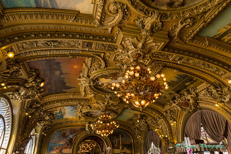 decoreted-ceiling-in-le-train-bleu