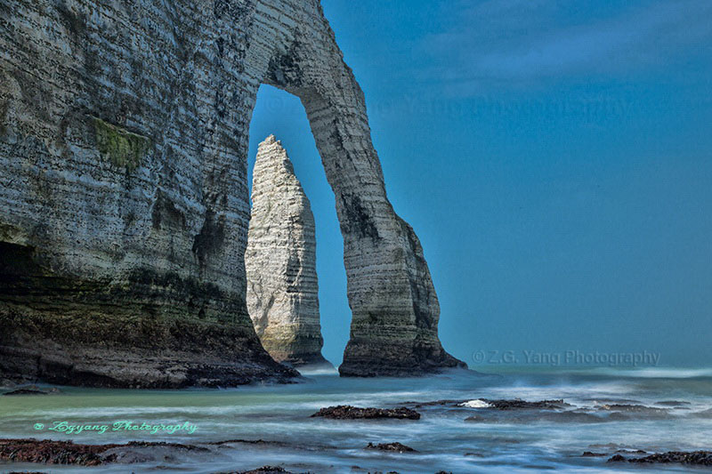 etretat-sea-waves-and-elephant-nose-cliff