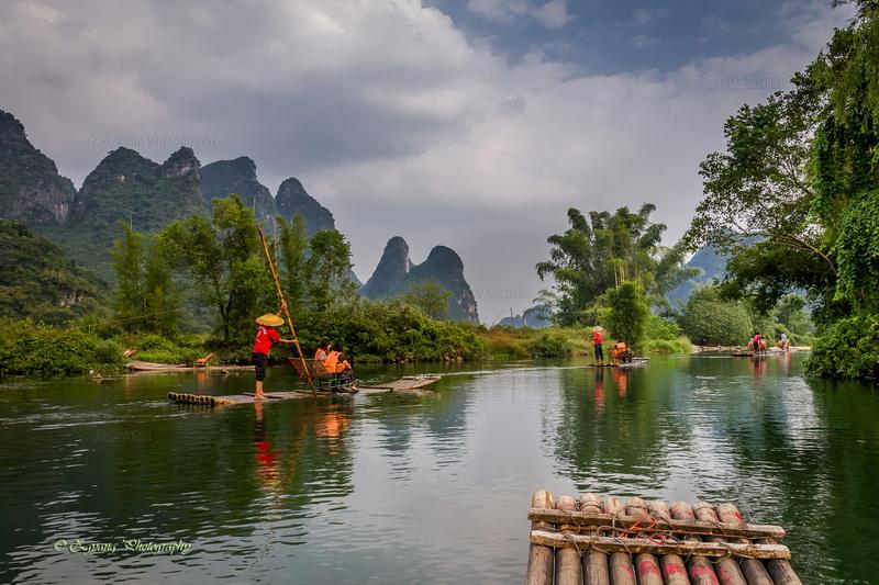bamboo-boat-rafting-along-yulong-river-800x533